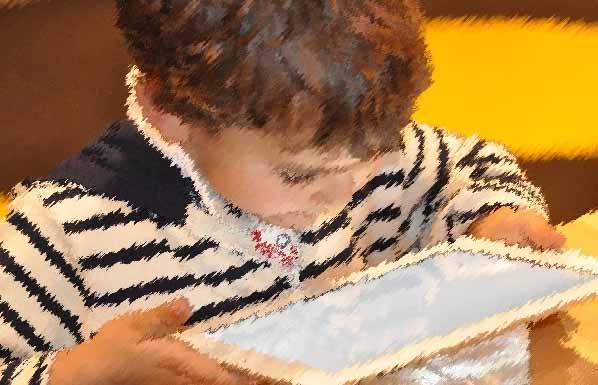Un enfant qui utilise internet avec une tablette