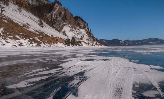 Une photo du Lac Baïkal avec de la neige