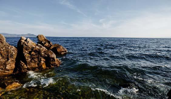 Une photo du Lac Baïkal avec un rocher