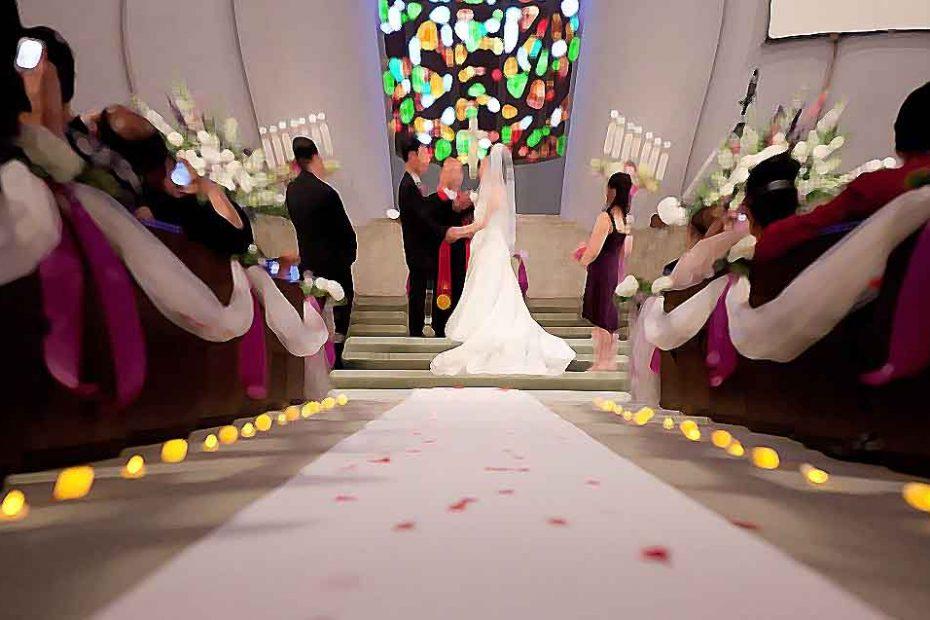 Une cérémonie de mariage dans une église