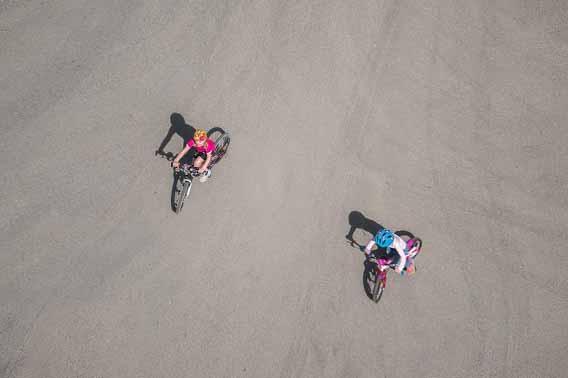 Deux enfants à vélo